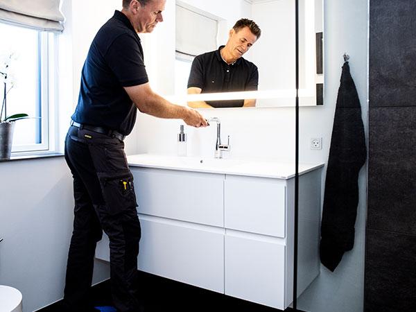 Reparation af armatur på badeværelse